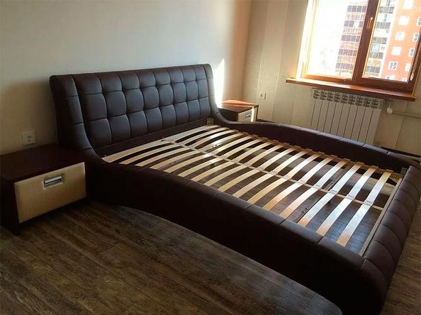 Кровать Nuvola 1 фото в коричневой экокоже с основанием